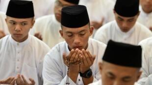 Des Brunéiens prient dans une mosquée de Bandar Seri Begawan, la capitale du Brunei, le 30 avril 2014.