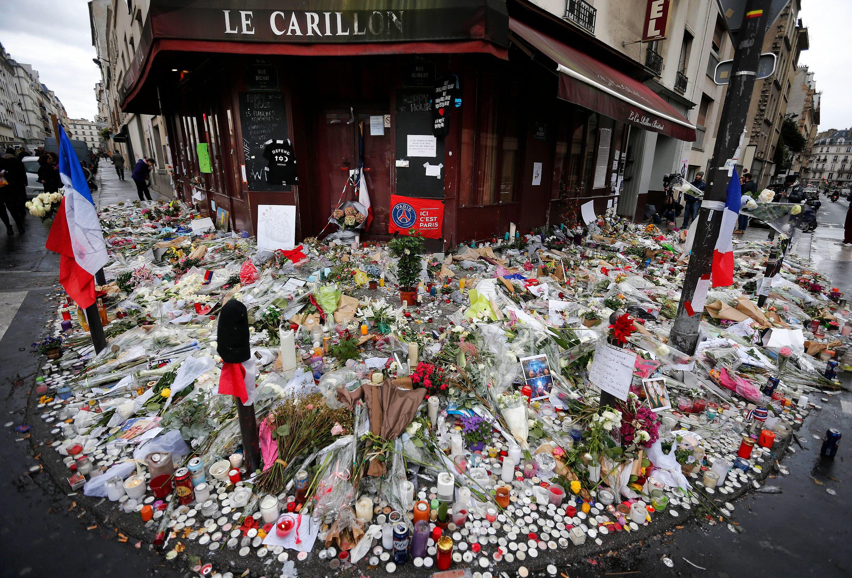 Hommage aux victimes du 13 novembre 2015 devant le restaurant Le Carillon