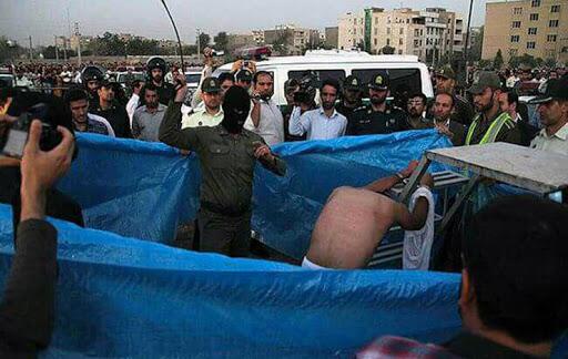 صحنه ای از مجازات اسلامی در ملاء عام در ایران.