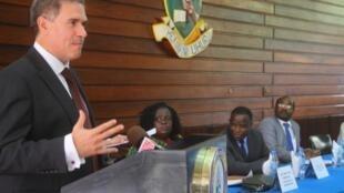 Balozi wa Ufaransa Tanzania Frederic Clavier akifungua kituo cha taarifa UDSM