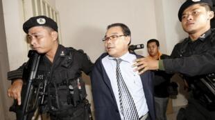 Le sénateur d'opposition Hong Sok Hour, le 15 août 2015 à son arrivée à la cour municipale de Phnom Penh aux mains des forces spéciales.
