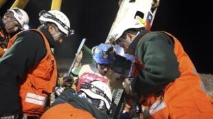 Mineiros começam a ser retirados da mina San José, no Chile.