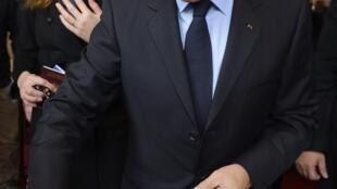 O presidente-candidato Nicolas Sarkozy, que votou esta manhã em Paris, acompanhado de sua esposa, Carla Bruni Sarkozy.