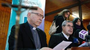 Los obispos chilenos piden perdón durante una rueda de prensa de la Conferencia Episcopal.