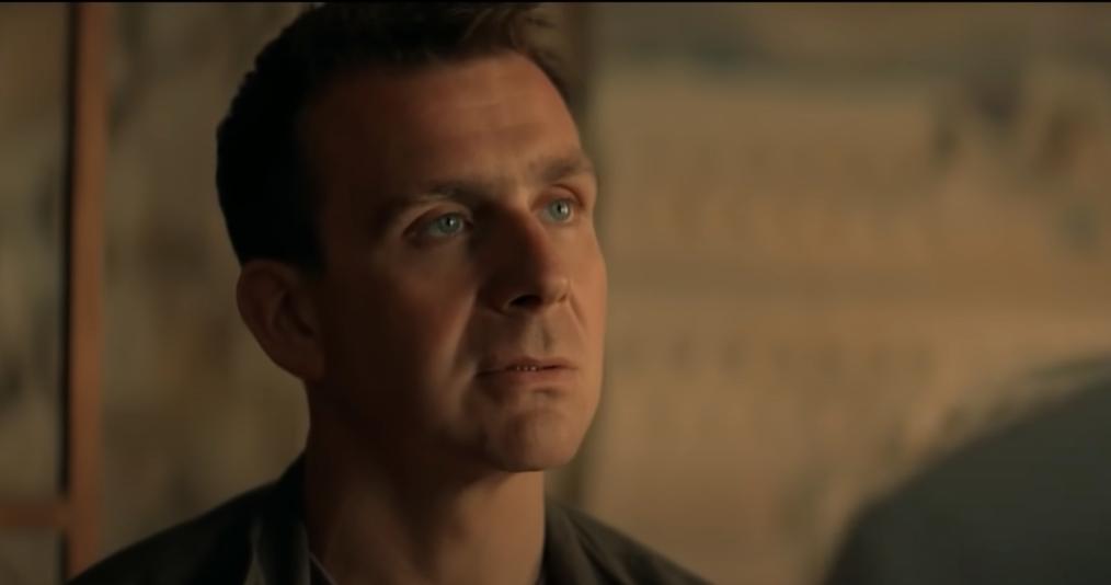 Главный герой, московский следователь Сергей Смирнов (Антон Васильев) родом из этого самого Хрустального — маленького умирающего городка, где местная мафия давно живет в обнимку с властью и правоохранителями