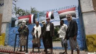 Des partisans armés de l'opposition Yéménite bloquent l'entrée d'une centrale énergétique d'état à Taëz, le 6 juin 2011.