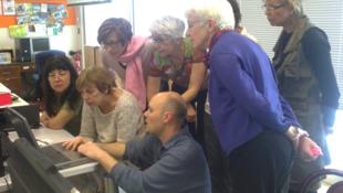 Yann Vandeputte teaching a computer class at 'Relais 59' in Paris