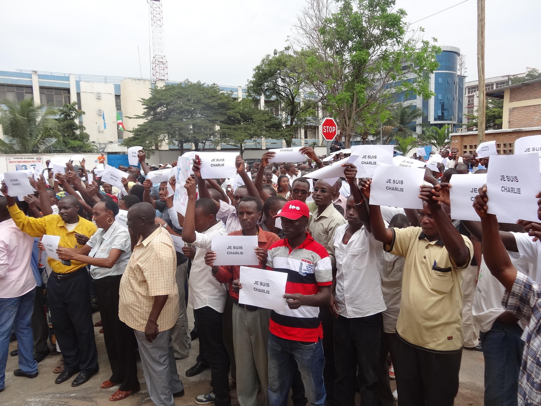 Rassemblement à Bujumbura en faveur de la liberté de la presse, et en soutien aux victimes du terrorisme en France, le 11 janvier 2015
