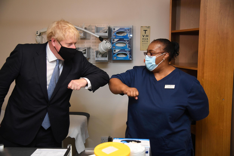 Thủ tướng Anh Boris Johnson viếng trung tâm y tế Tollgate ở Beckton, Luân Đôn và chào hỏi nhân viên. Ảnh chụp ngày 24/07/2020.