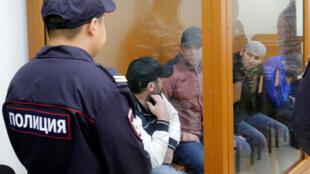 Обвиняемые в убийстве Немцова на скамье подсудимых.