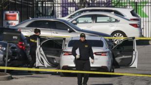 Policías en las instalaciones de la compañía FedEx escenario de un tiroteo en Indianápolis, el 16 de abril de 2021