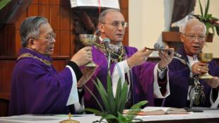 Đức Tổng giám mục Leopoldo Girelli, Đại diện Tòa Thánh Vatican tại Việt Nam dâng Thánh lễ trong dịp đến thăm Đại chủng viện Thánh Giuse Hà Nội ngày 20/4/11.