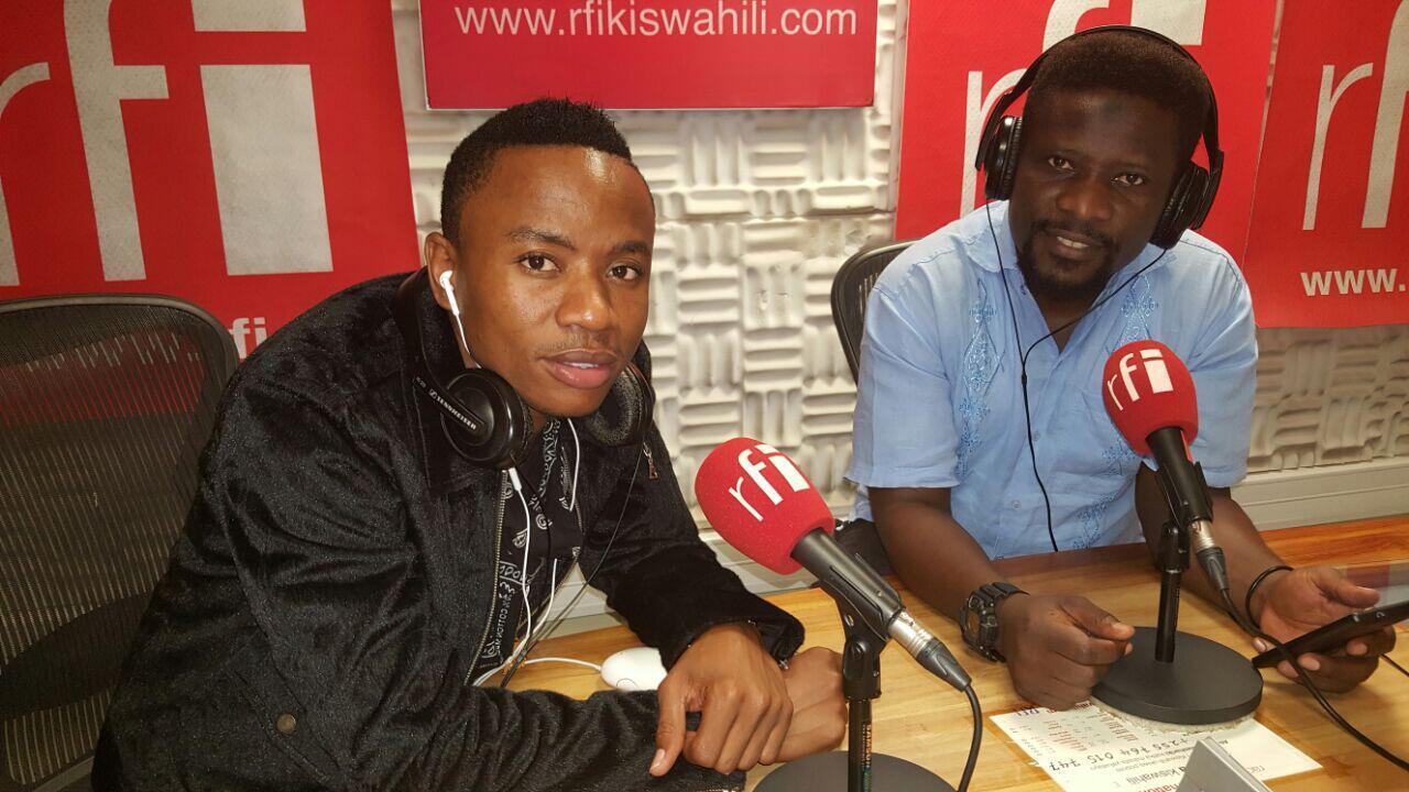 mwanamuziki wa Bongo Fleva Timbulo ndani ya Studio za RFI Kiswahili jijini Dar es salaam na mtangazaji Ali Bilali