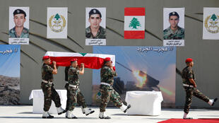 Des militaires libanais portent le cercueil de l'un des soldats assassinés par le groupe Etat islamique durant des funérailles officielles, le 8 septembre 2017.