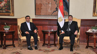 O presidente do Irã, Mahmoud Ahmadinejad (esq), chegou nesta terça-feira ao Egito e foi recebido pelo presidente egípcio, Mohamed Mursi.