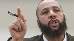 Adil Charkaoui, un imam qui a déjà été emprisonné, est soupçonné d'avoir joué un rôle dans le départ des six adolescents. Il s'exprime devant la presse, le 27 février.