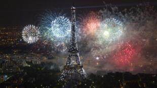 A Torre Eiffel durante a queima de fogos do 14 de julho na França. O monumento passa por uma reforma para ser mais ecológica.