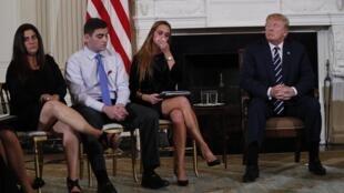 特朗普与美国校园枪击案亲历者进行会面资料图片
