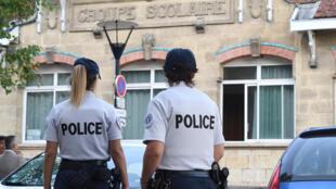 Policías delante de una escuela primaria en Burdeos, el pasado 1 de septiembre de 2016 para la vuelta a las clases.