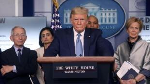 Donald Trump entouré de sa « task force coronavirus » tient une conférence de presse à la Maison Blanche le 16 mars 2020.