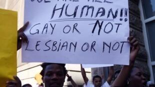 Manifestation au Cap, en Afrique du Sud, lors de la condamnation des deux homosexuels au Malawi, en mai 2010.
