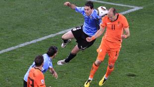 Un cabezazo de Arjen Robben pone a Holanda tres a uno