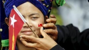 Une militante birmane de la Ligue nationale pour la démocratie (NLD), le parti de Aung San Suu Kyi, lors d'un meeting le 5 septembre.