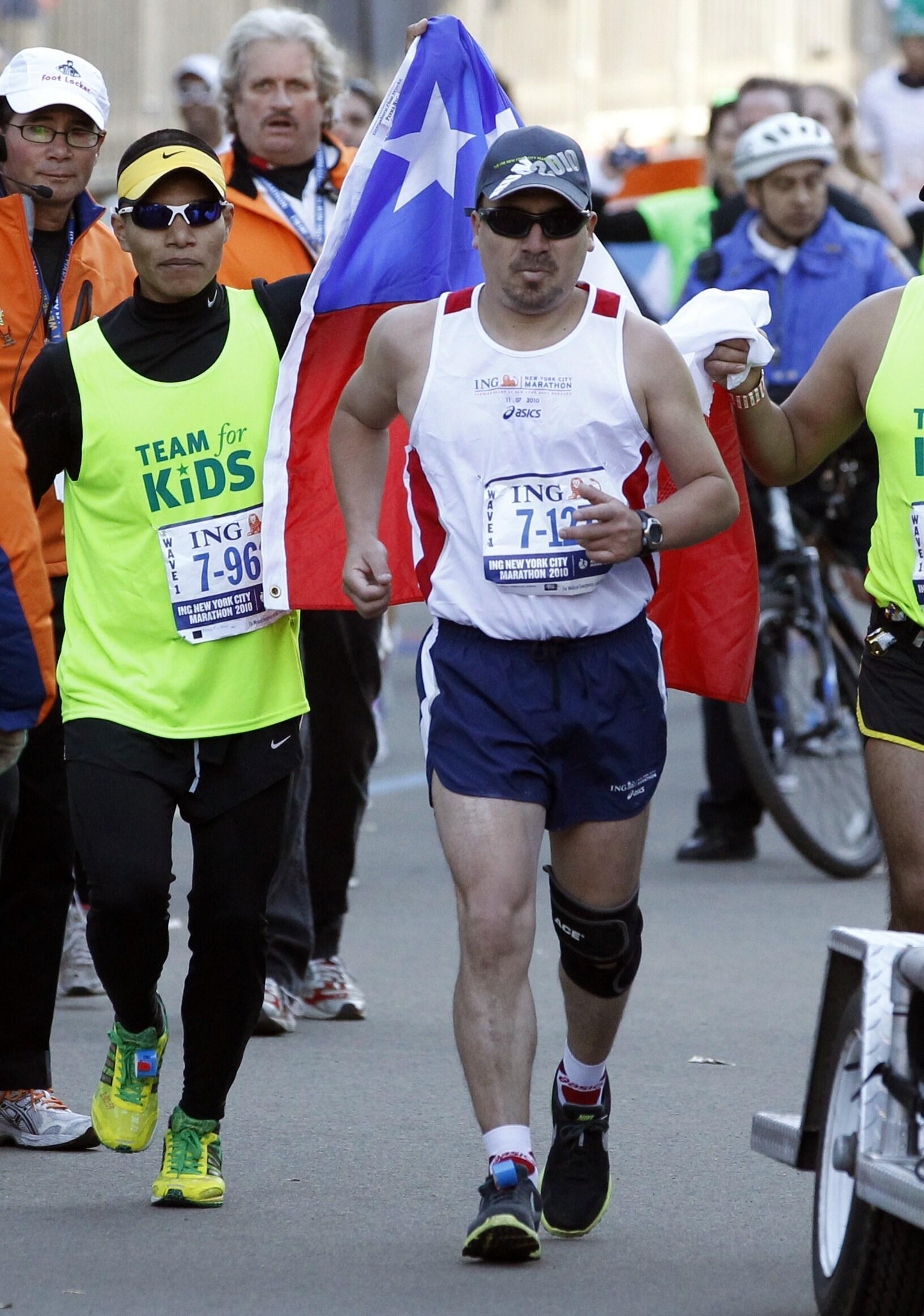 O chileno Edison Peña (centro), um dos 33 mineiros que passaram 69 dias numa mina participou da grande Maratona de Nova York.
