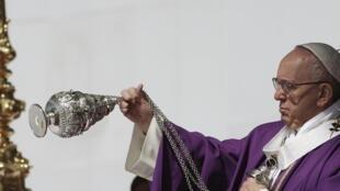 O Papa Francisco celebrou ontem uma missa perante milhares de fiéis em Ecatepec, uma das cidades mais pobres e violentas do México.