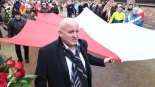 L'activiste d'extrême droite polonaise Piotr Rybak et ses supporters protestent devant le mémorial d'Auschwitz alors qu'on fêtait le 74e anniversaire de la libération du camp, le 27 janvier 2019.