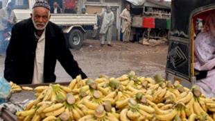 Un vendeur de bananes dans les rues de Karachi. La banane est un aliment connu pour être riche en magnésium