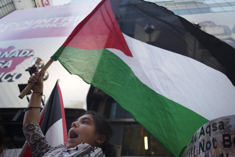2015年9月18日,纽约时报广场上集会活动中飘扬的巴勒斯坦旗帜。