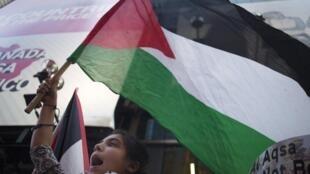 2015年9月18日,紐約時報廣場上集會活動中飄揚的巴勒斯坦旗幟。