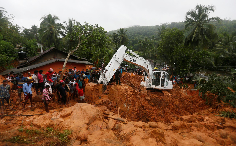 Opération de sauvetage de l'armée sur le site d'un glissement de terrain dans le village de Bellana dans le district de Kalutara, le 26 mai 2017.