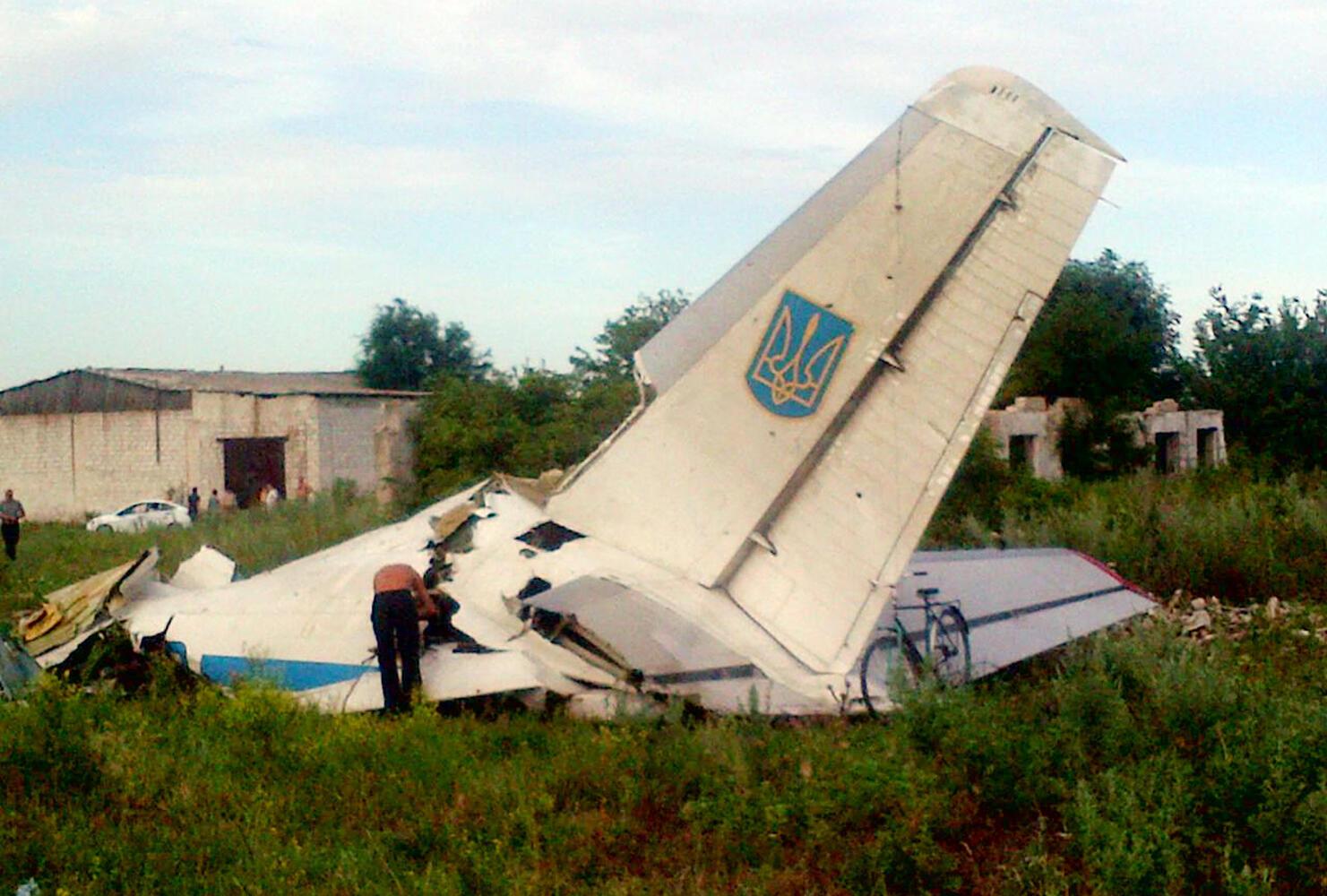 Destrços do avião militar ucraniano abatido por um míssil na região de Luhansk, na segunda-feira (14).