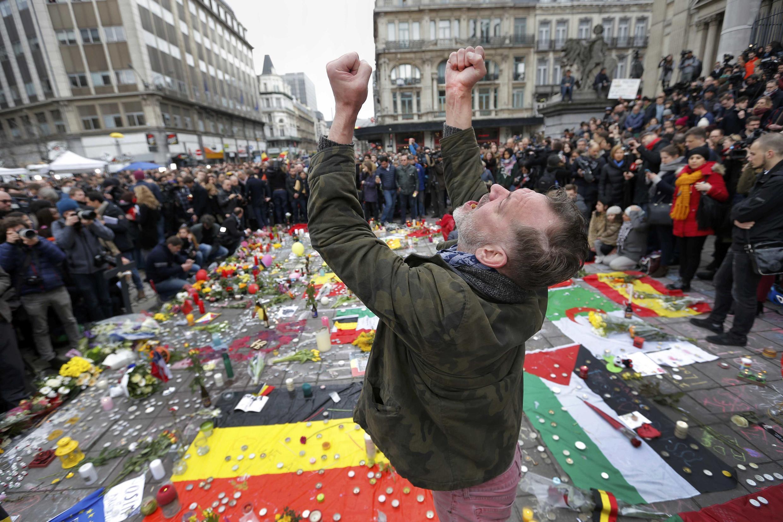 Ruas de Bruxelas foram tomadas por flores, velas e mensagens em homenagem às vítimas dos atentados de 22 de março de 2016.