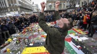 Le 23 mars 2016, un homme se recueille suite aux attentats qui ont frappé Bruxelles.