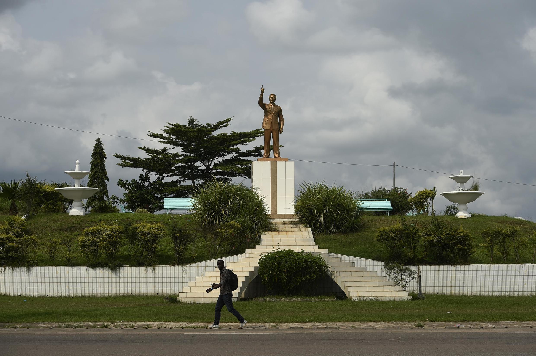 La statue de l'ancien président gabonais Omar Bongo à Franceville.
