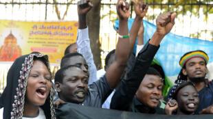 Des membres de l'Association des étudiants africains manifestent en soutien à une ressortissante tanzanienne agressée par une foule à Hyderabad, le 6 février 2016.
