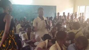Une jeune femme, membre de l'Association Ewa Ethnik entretient des collégiens sur les méfaits de la dépigmentation au CEG Ouando à Porto-Novo (Bénin)..