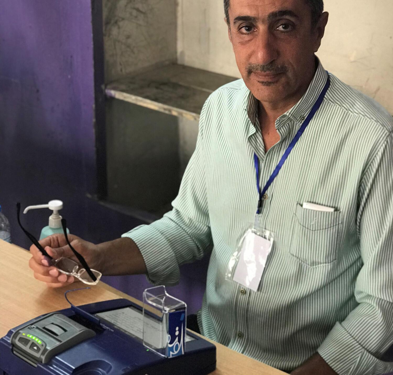 Mostafa Sahab, responsable du vote électronique à l'école Dajla dans le quartier Mensour à Bagdad, ce samedi 12 mai 2018.