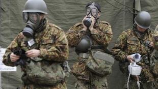 سربازان ژاپنی مجهز با تجهیزات ضد اشعه رادیواکتیو در منطقه فوکوشیما