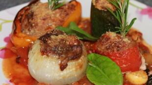 В Провансе все овощи годятся для фарширования: помидоры, перцы, кабачки-цуккини и местные круглые кабачки, баклажаны, а также крупные луковицы и шампиньоны