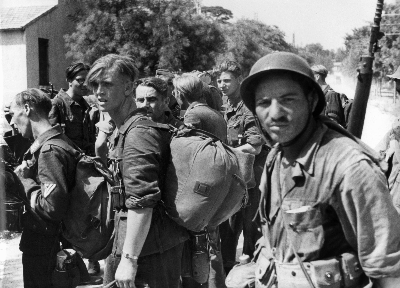Le 28 août 1944, à Marseille, des prisonniers allemands sous la surveillance de tirailleurs algériens.