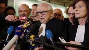 Henri Leclerc (C), Frederique Beaulieu (D) et Richard Malka (G), les avocats de Dominique Strauss-Kahn ce mercredi 18 février 2015.