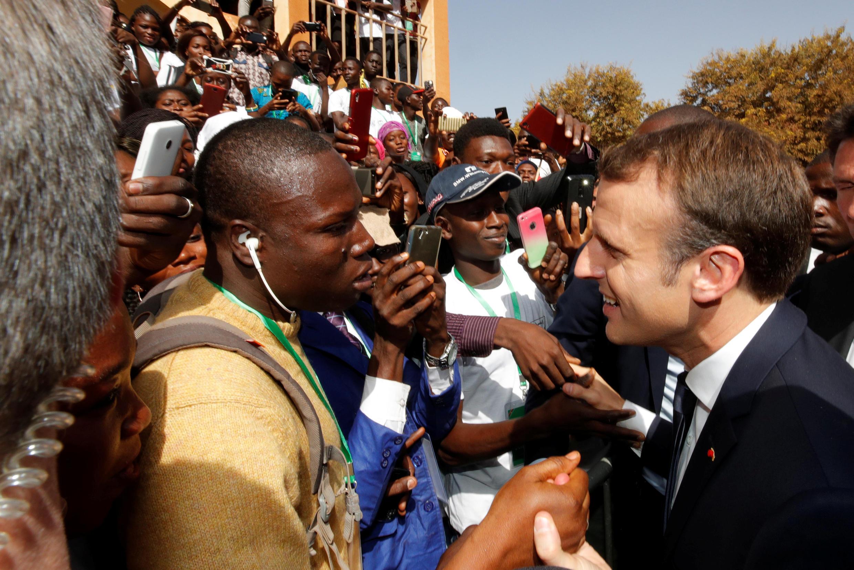 ប្រធានាធិបតី បារាំងជួបយុវជនអាហ្វ្រិកនៅ Ouagadougouរបស់ប្រទេស Burkina Fasoនៅខែវិច្ឆិកា ឆ្នាំ ២០១៧