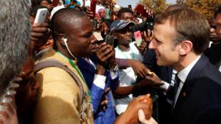 Emmanuel Macron prend un bain de foule à l'université de Ouagadougou (Burkina Faso) le 28 novembre 2017.