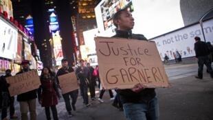 Manifestation à Manhattan après la décision du grand jury de New-York de ne pas inculper l'officier de police Daniel Pantaleo qui a tué l'Afro-Américain Eric Garner alors qu'il n'était pas armé.