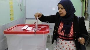 Une électrice vote à Tunis lors des élections législatives du 26 octobre 2014 .