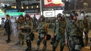 Des policiers prêts à intervenir face aux militants pro-démocratie à Hong Kong le 8 septembre 2019.